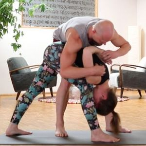 Parsvottanasana (adjustment from the side)